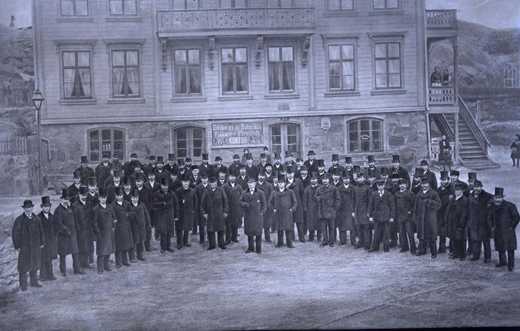 """Enligt text som medföljde bilden: """"Bundsens uppvaktning. Den 4 Februari 1883- Uppvaktande Lysekils medborgare. Tullinspektören E.G Bundsen, för att bringa honom sin hyllning och tack för det han under en tid av 25 år, på ett förtjänstfullt sätt varit Lysekils köpings ordningsman samt ordförande i kommunalstämman m.m. Och som ett minne härav, togs ovanstående fotografi. Vilket i förstorad form, samt inramad, sedan överlämnades till Jubilaren. Fotografiet är taget av M. Jacobson. Lysekil""""."""