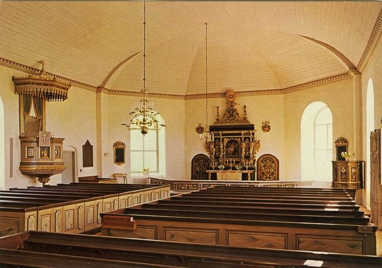 """Text på kortet:""""Valla kyrka i Göteborgs stift. Ersatte tidigare kyrka från 1200-talet. Altartavlan skänktes av familjen Hvitfeld-Dyre, vars gravkor är sammanbyggt med kyrkan""""."""