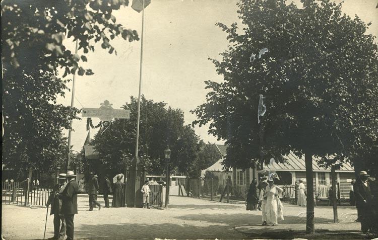 """Handskriven text på vykortets baksida: """"Utställningen 1914."""" """"Gåva av fru Mia Olsson 1919."""""""