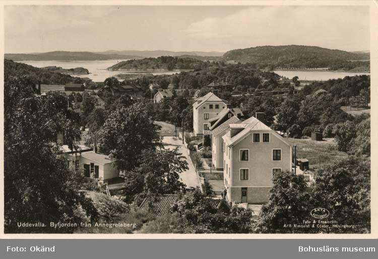 """Tryckt text på vykortets framsida: """"Uddevalla, Byfjorden från Annegreteberg."""""""