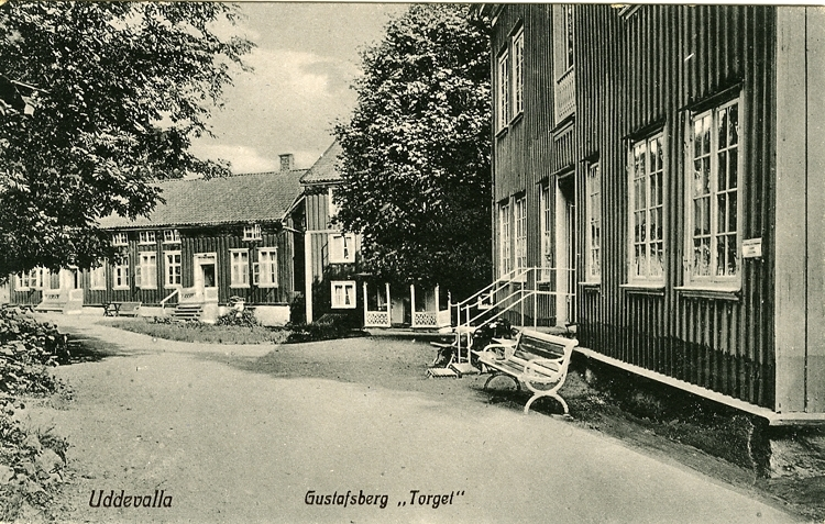 """Tryckt text på vykortets framsida: """"Uddevalla, Gustafsberg Torget."""""""