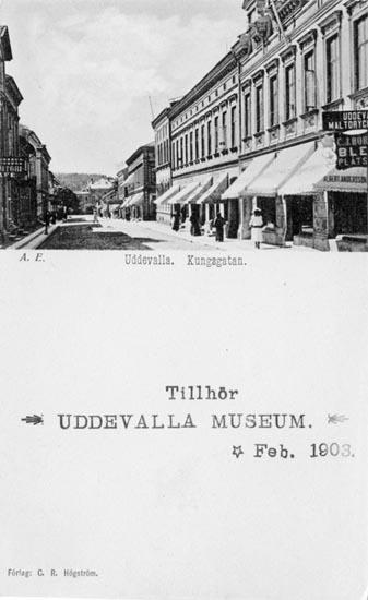 """Tryckt text på vykortets framsida: """"Uddevalla, Kungsgatan.""""  ::"""