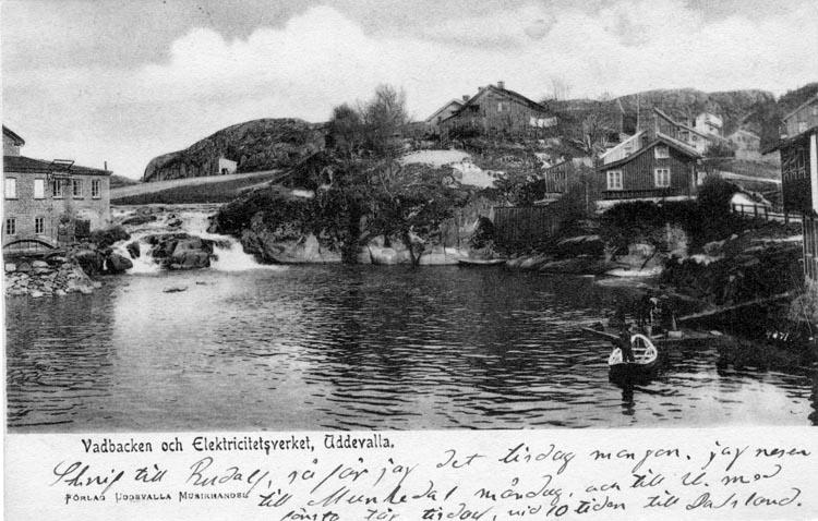 """Tryckt text på vykortets framsida: """"Vadbacken och Elektricitetsverket, Uddevalla."""""""