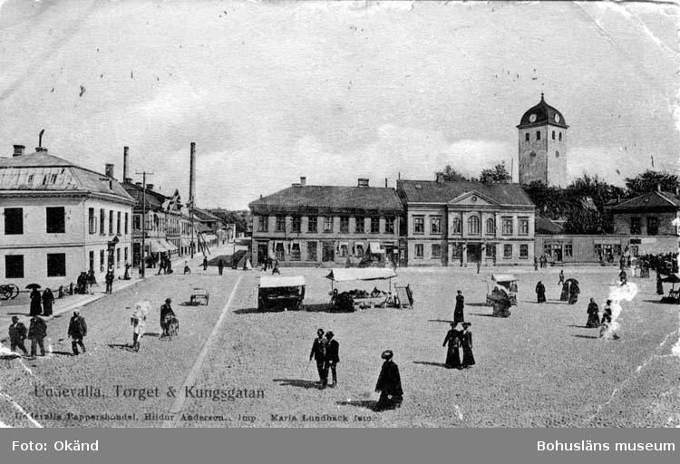 """Tryckt text på vykortets framsida: """"Uddevalla Torget & Kungsgatan."""""""