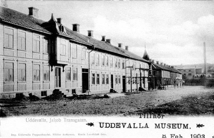 """Tryckt text på vykortets framsida: """"Uddevalla, Jakob Transgatan.""""  ::"""