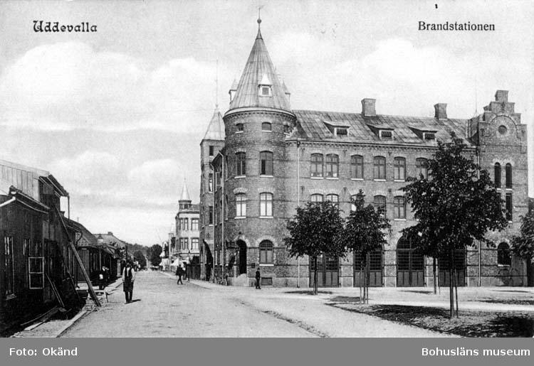 """Tryckt text på vykortets framsida: """"Uddevalla, Brandstationen.""""  ::"""