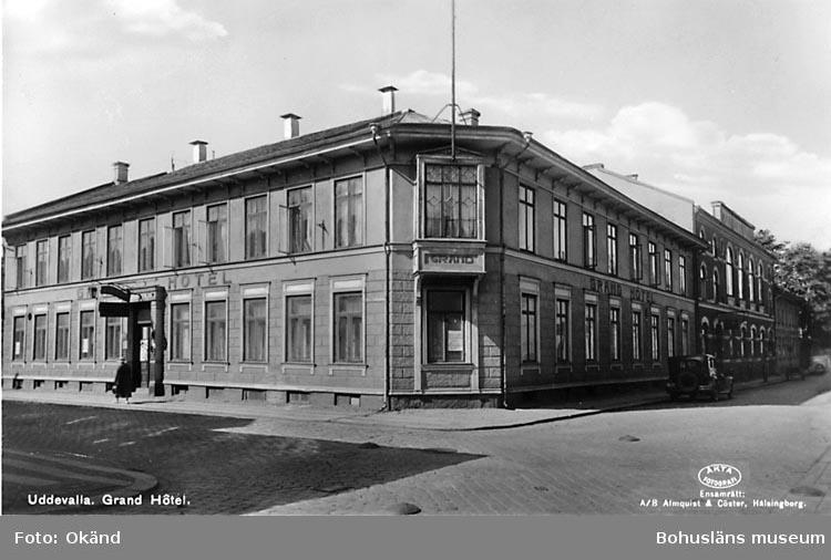 "Tryckt text på vykortets framsida: ""Uddevalla, Grand Hotel."""