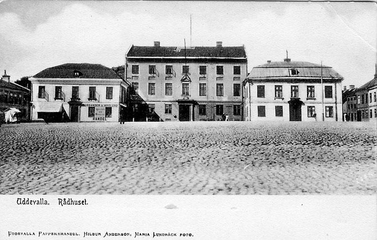 """Tryckt text på vykortets framsida: """"Uddevalla Rådhuset""""."""