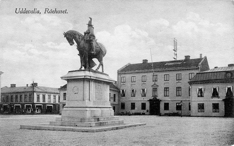 """Tryckt text på vykortets framsida: """"Uddevalla Rådhuset"""".  ::"""