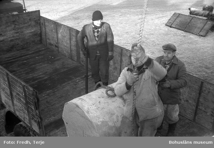 """Enligt fotografens notering: """"Vänern trafik i Lys. hamn 1969""""."""