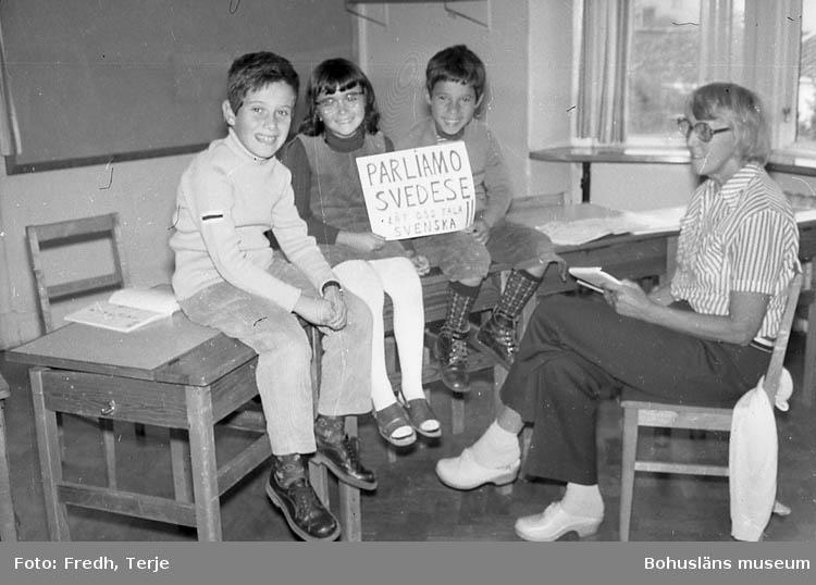 """Enligt fotografens notering: """"Italienska barn får egen klass. Scanraff-bygget""""."""