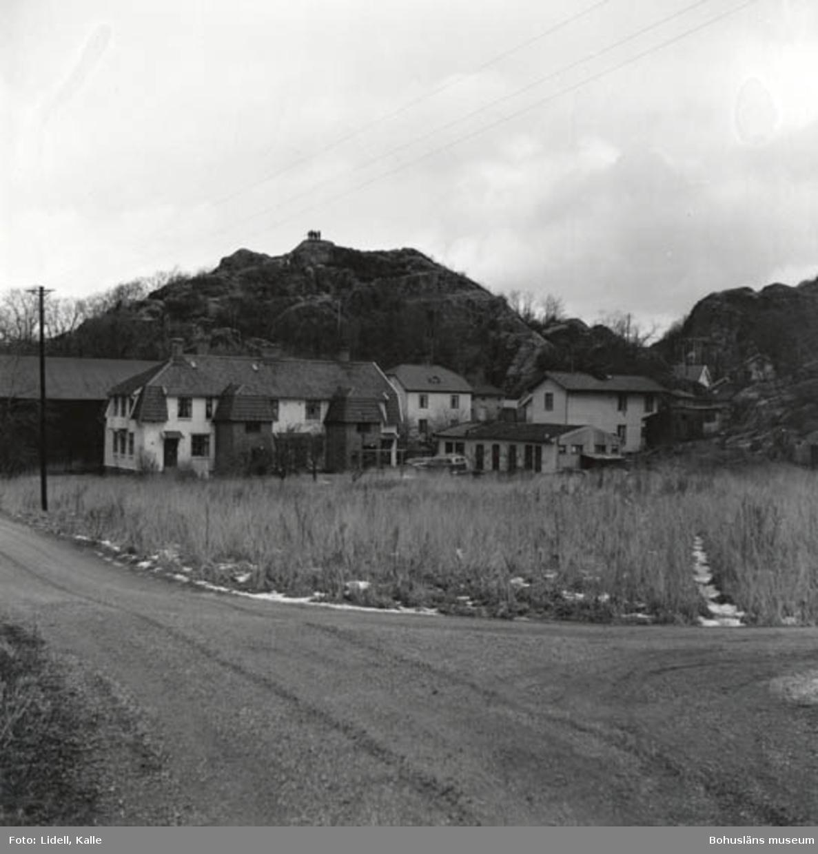 """Enligt fotografens bildlista: """"Det stora huset kallades Ängabo. Om detta hus har Osvald Johansson Barkvägen 6 mycket att berätta. Ett av husen till höger kallades Hönsebergshagen""""."""