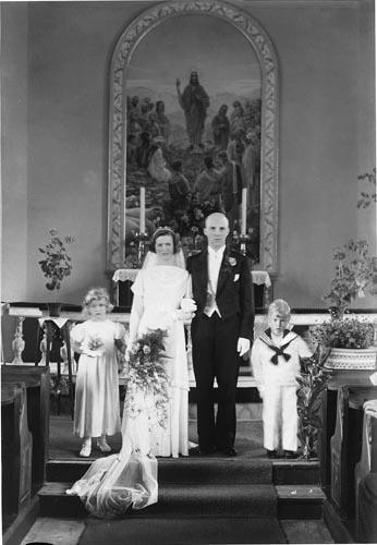 """Enligt fotografens anteckningar: """"1935, 28. Kyrkbröllop i Högås kyrka. En dotter till Karlsson i Halleröd""""."""