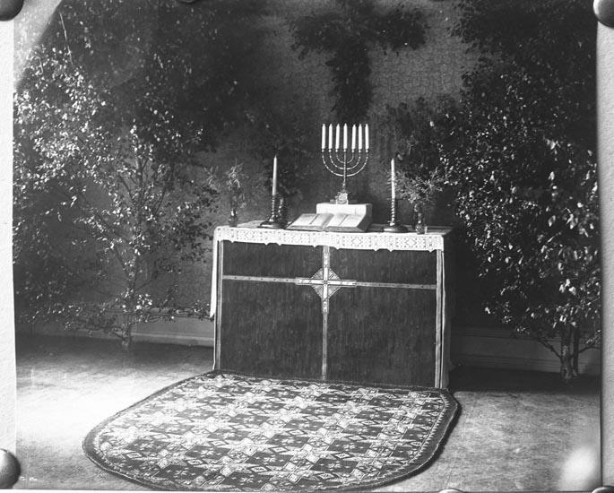 """Enligt fotografens anteckningar: """"1931, 19. Altarprydnad i kyrka""""."""