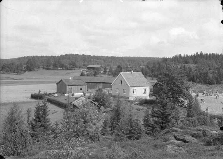 """Enligt fotografens anteckningar: """"1934,17. Kikerud, Pontus Wikners barndomshem stugan till vänster""""."""