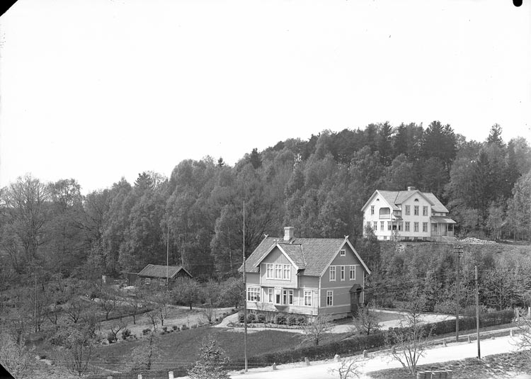 """Enligt fotografens anteckningar: """"Införd 1944, 79. Doktor Sundbergs villa, Kamrer Bengtsson""""."""