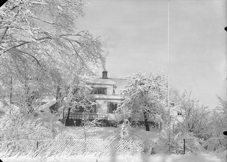 """Enligt fotografens anteckningar: """"1952, 4. Öferstelöjnanten Eklund Munkedal Lycke, bodde där omkr. 3 år."""""""
