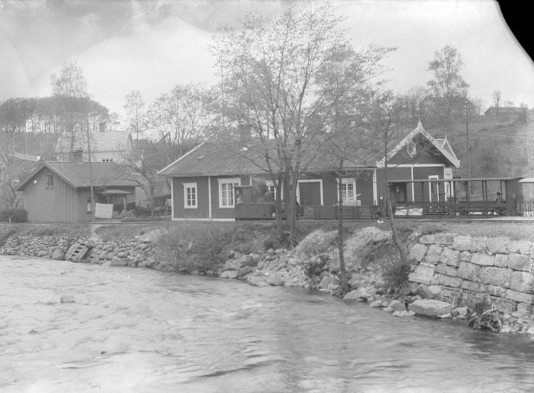 """Enligt fotografens noteringar: """"Lilla Järnvägsstationen."""""""