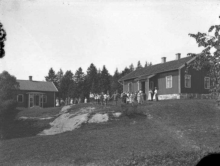 """Enligt fotografens noteringar: """"Stene skolhus omkring år 1914? eller tidigare. Lärarinnor äro Fröken Elin Thoren Fröken Olsson?"""""""