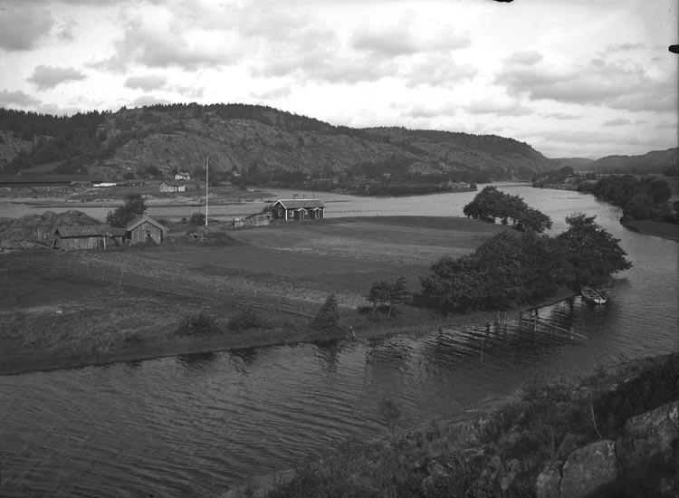 """Enligt fotografens noteringar: """"Skree Hamn - Munkedals Hamn - 1915 nära intill Ångbåtsbryggan."""""""