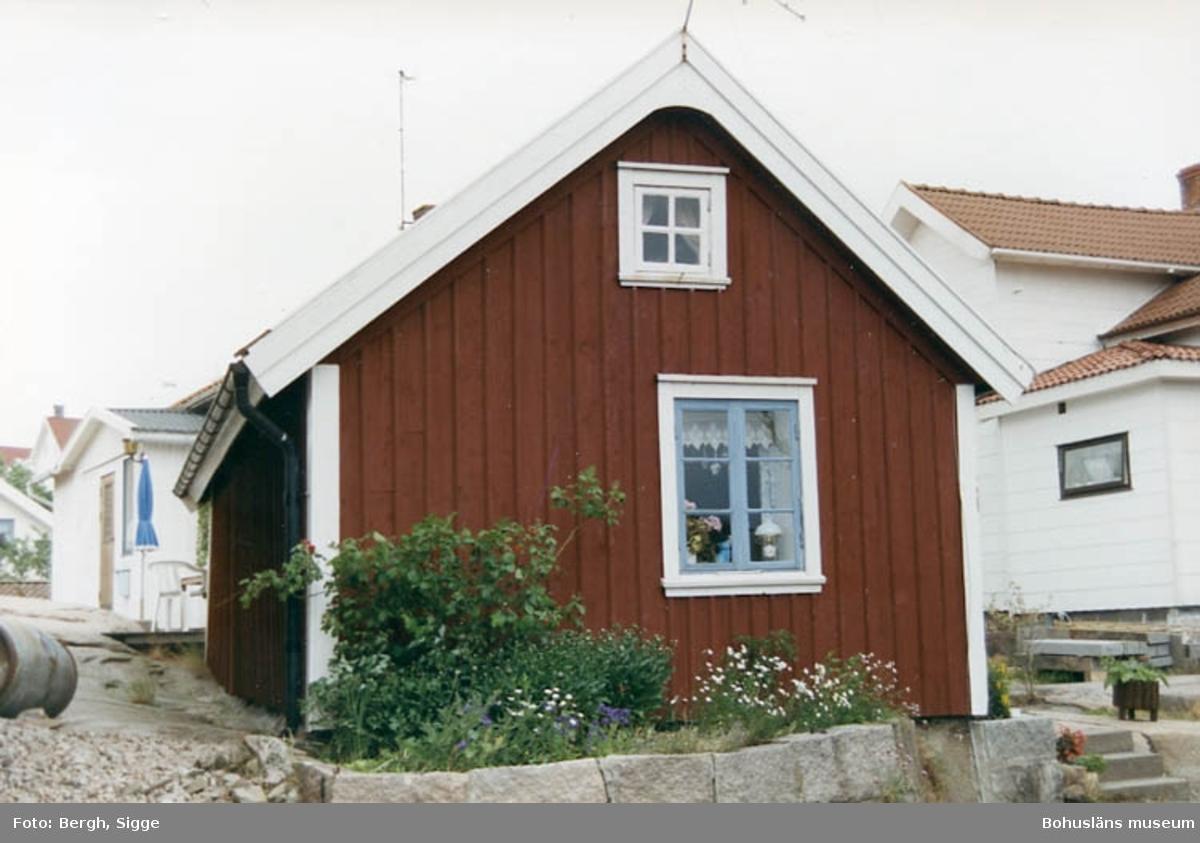 """Enligt text på fotot: """"Juni 92 Foto: Sigge Bergh Hovenäset. Ett av de äldsta husen i Hovenäset""""."""