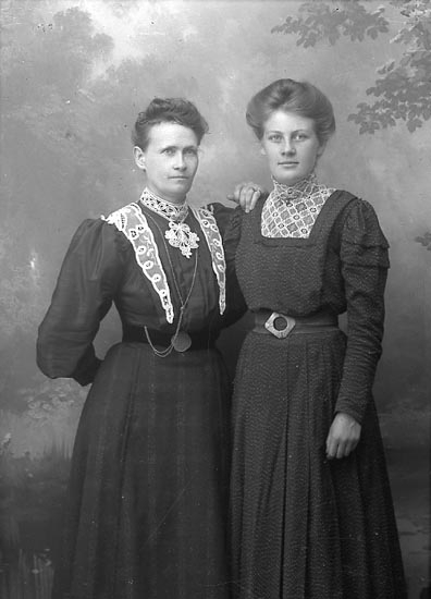 """Enligt fotografens journal Lyckorna 1909-1918: """"Andersson, Fr. Berta Ucklum""""."""