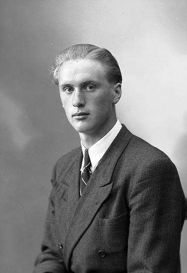 """Enligt fotografens journal nr 7 1944-1950: """"Gustafsson, Herr Gunnar Släbo, Kode""""."""