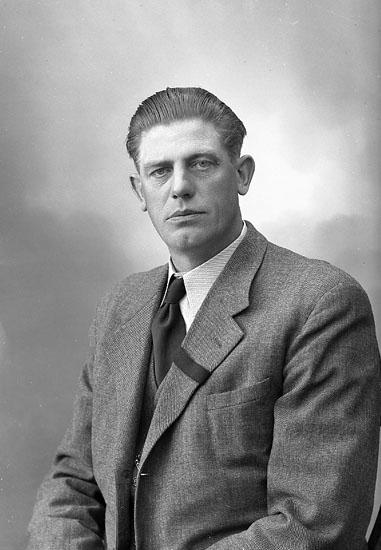 """Enligt fotografens journal nr 7 1944-1950: """"Johansson, Herr John Holm, Här""""."""