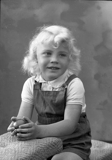 """Enligt fotografens journal nr 8 1951-1957: """"Berntsson. Kjell adr. Fru Margit, Stripplekärr Ödsmål""""."""