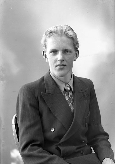 """Enligt fotografens journal nr 7 1944-1950: """"Jacobsson, Herr Ingvar Hellesdalen""""."""