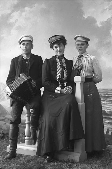 "Enligt fotografens journal nr 1 1904-1908: ""Larsson, Fr. Önna Hoga""."