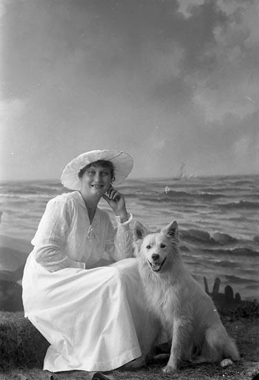 """Enligt fotografens journal nr 3 1916-1917: """"Larsson, Iris Hammar Ödsmål""""."""