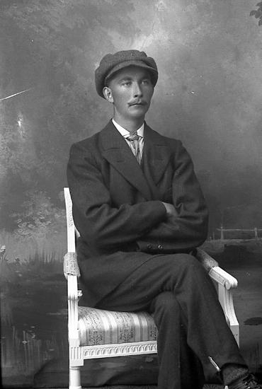 """Enligt fotografens journal Lyckorna 1909-1918: """"Hedberg, Verner Dyrhufvud""""."""