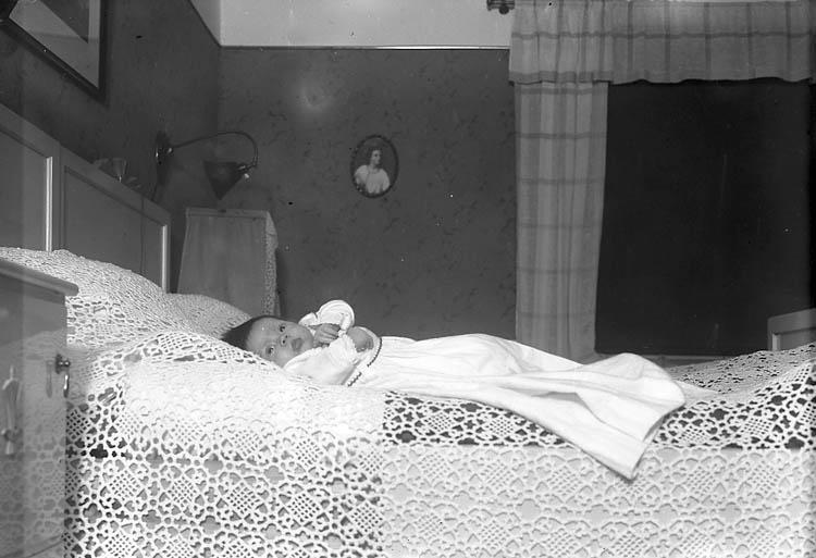 """""""Pastor Borgås flicka, Kråkedals prästgård Höviksnäs"""". """"Borgås, Pastor Kråkedals Prästgård Tjörn"""" enligt fotografens journal nr 6 1930-1943."""