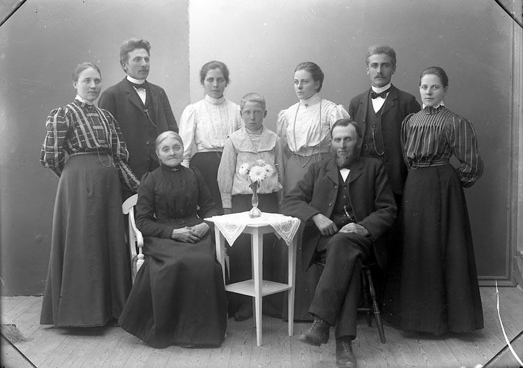 "Enligt fotografens journal nr 1 1904-1908: ""Andersson Edv. Hjälteby""."