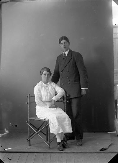 """Enligt fotografens journal nr 3 1916-1917: """"Kullgren, Stadsmäklare barnen Ön""""."""