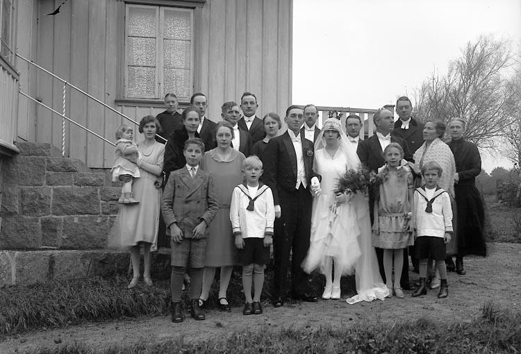 """Enligt fotografens journal nr 5 1923-1929: """"Karlsson, Oskar Näs Ödsmål i bröllopsgården""""."""