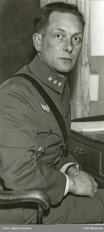 portrett, mann, kaptein, sittende halvfigur ved skrivebord, uniform