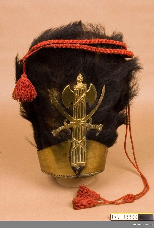 Grupp C I.  Björnskinnsmössa, enligt äldre uppställning, Skaraborgs reg. Ur uniform sammansatt av persedlar från olika regementen.