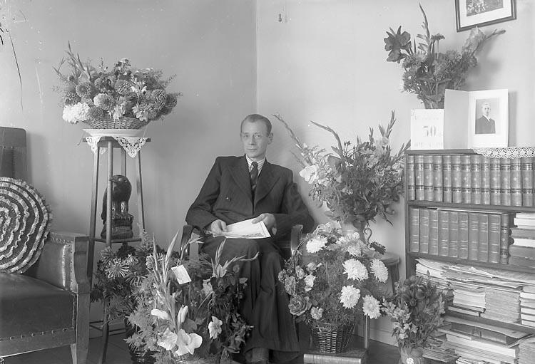 """Enligt fotografens journal nr 6 1930-1943: """"Larsson, Herr Konsum Här 50-årsdag""""."""