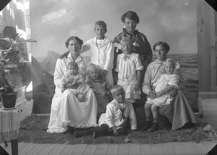 """Enligt fotografens journal nr 3 1916-1917: """"Andersson, Ida Arvidsberg Jörlanda""""."""