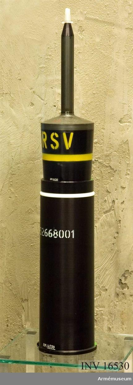 Skarppatron m/1948 B.Skarppatron m/1948 B med spårljuspansargranat m/1956 B och ögonblicklighögkänsligspetsanslagsrör m/1959 (ö hk sar m/59), till granatgevär m/1948.Granaten märkt: RSV (Riktad sprängverkan) 67, grön rand. Färgmärkning gul rand.  Patronhylsan märkt: 32668001, grön rand Åskåd M 4970-844011.