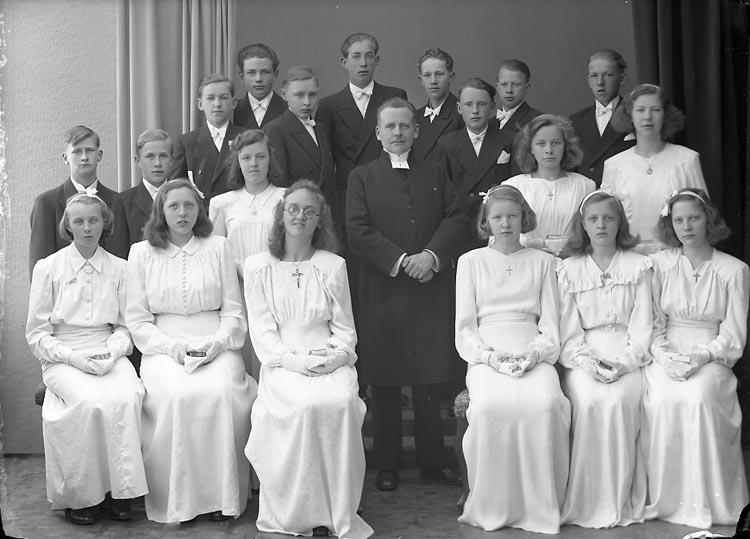 """Enligt fotografens notering: """"1946. Kyrkoherde N. Norén. Ödsmåls Konfirmander""""."""