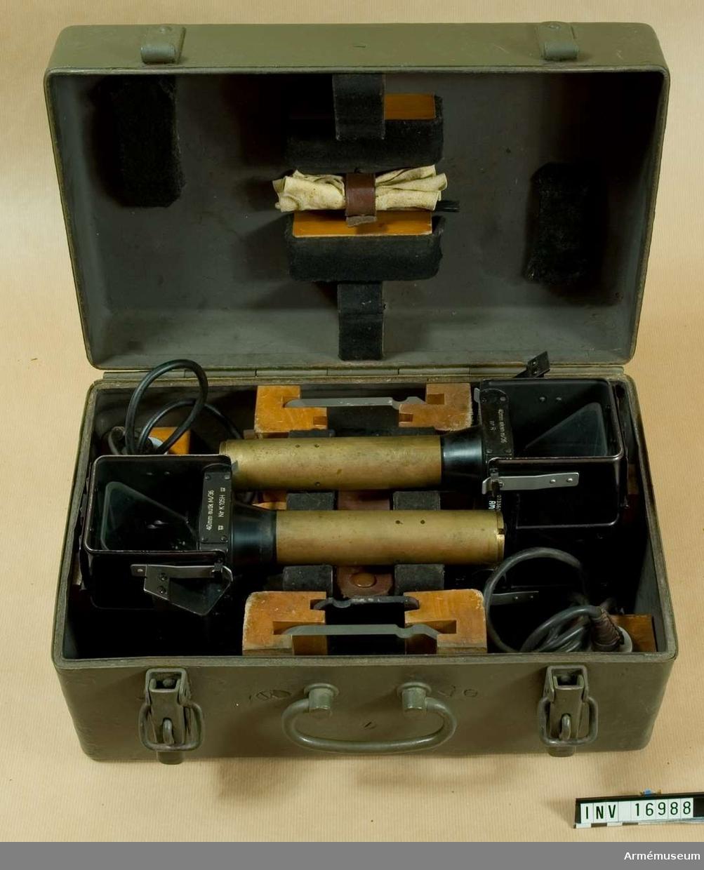 """Modell Zeiss. Förvaringslåda av järnplåt med tillbehör: 1 låda för reflexsikten 40 mm akan m/38 nr 229. Tika-481, mått: 380x235x190 mm. 1 reflexsikte, märkt: 40 mm akan m/ 36 nr R. 207336/10643, Nedinsco Venla ststem Carl Zeiss Jena.  1 reflexsikte, märkt """"40 mm autk M/36 Nr K105H. Flottans stämpel, """"kattfot"""", 207335/10642. Nedinsco Venlo. System Carl Zeiss Jena. 2 st belysningar till reflexsikte, 1 dammpensel, 1 sämskskinn, 2 reflexglas, 1 bländglas, 3 lampor, 1 lamphylsa av mässing, cylinder. Bländglas och lampa saknas. Se beskrivning över 40 mm. Luftvärnsautomatkanon m/36 utarbetad 1943 inom Kungl. Armé- förvaltningens tygdepartement."""
