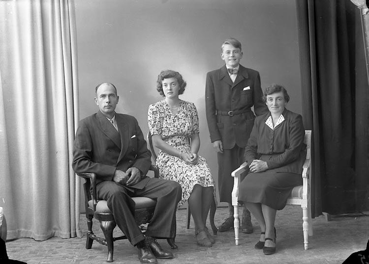 """Enligt fotografens journal nr 7 1944-1950: """"Johansson, Herr Arvid Känstorp St. Höga""""."""