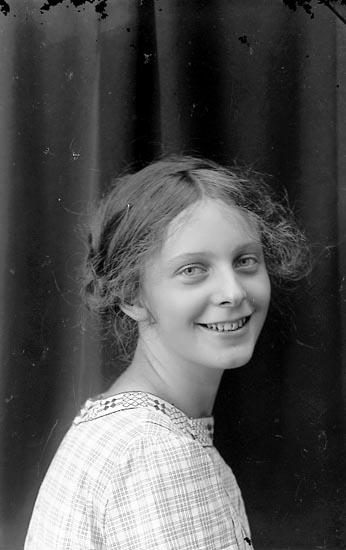 """Enligt fotografens journal Lyckorna 1909-1918: """"Hellström, F. N Lyckorna""""."""