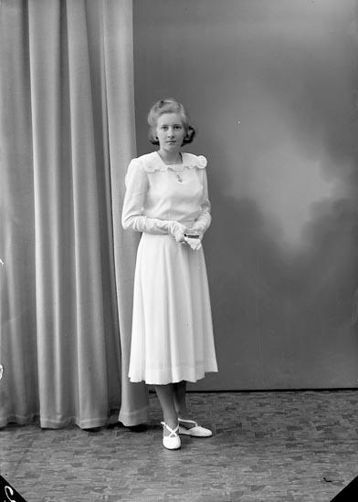 """Enligt fotografens journal nr 8 1951-1957: """"Eriksson, Vivan, Lasseröd Här""""."""
