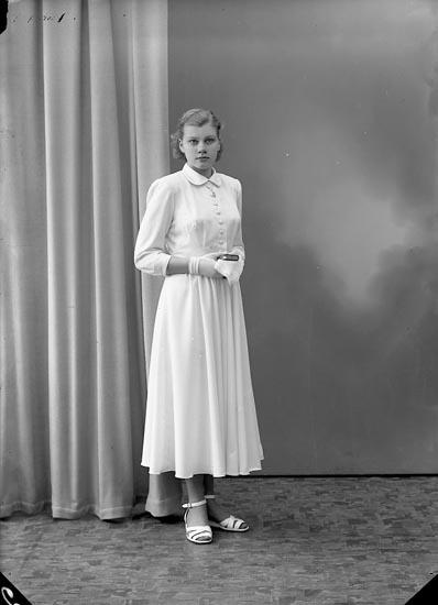 """Enligt fotografens journal nr 8 1951-1957: """"Johansson, Ingrid, Sveaborg, Här""""."""