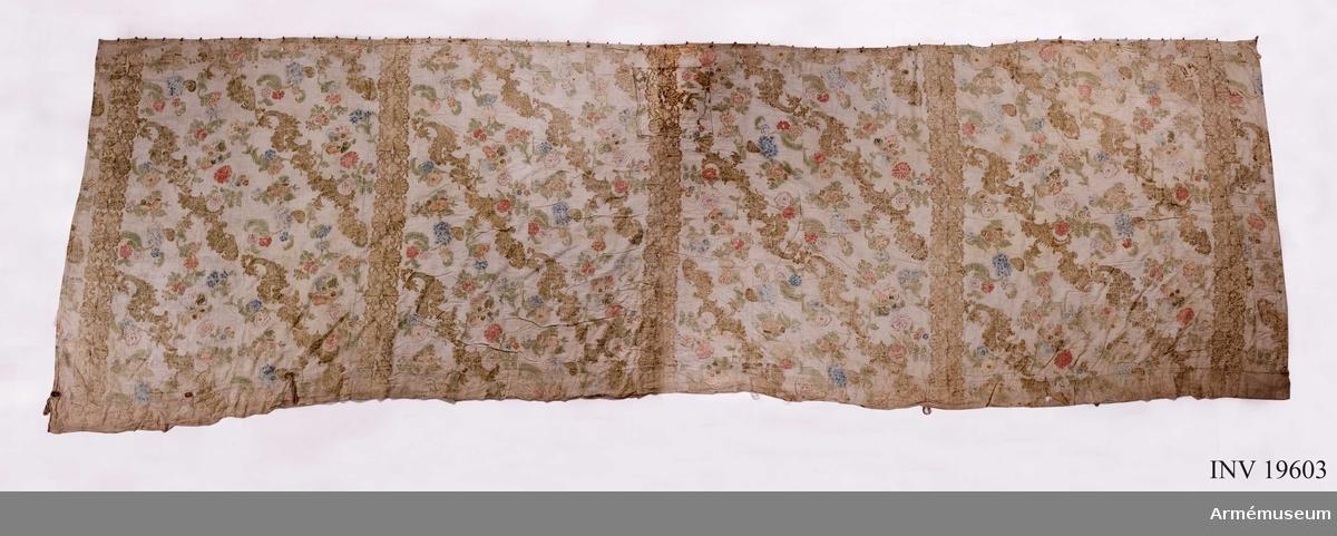 Tältvägg med utsida i linne och blommig insida. Mönstret tyder på 1700-tal och rokoko. Slingrande naturmotiv med blommor och frukter med ornamentik i ett ramverk av koraller och musslor. Pastell i rosa, pärlgrå och blågröna toner.  Det Posseska tältet har troligen bestått av såväl ytter- som innertält. Antagligen var det Posseska tältet regementschefens bostad vid Axvalla hed under 1800-talets början. Omkretsen har troligen uppgått till 33 m.