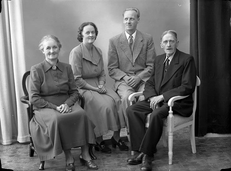 """Enligt fotografens journal nr 8 1951-1957: """"Johansson, Lasshammar Här"""". Enligt fotografens notering: """"Herr Karl Johansson, Lasshammar Stenungsund""""."""